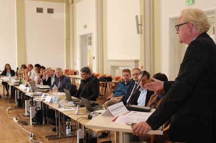 Staatssekretär Peter Bäumer eröffnet die Tagung. Foto: FM