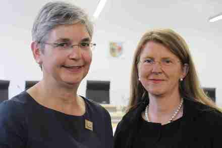 Justizministerin Hoffmeister (rechts) und die Direktorin des Sozialgerichts Rostock, Katharina Plate.