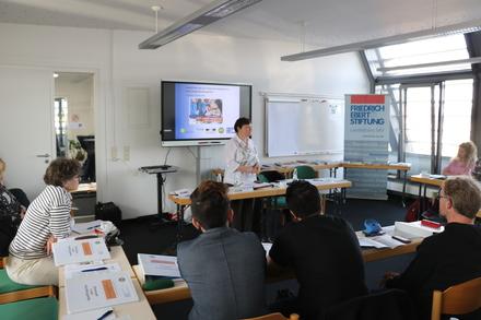 Integrationsbeauftrage Dagmar Kaselitz begrüßte die 25 Teilnehmenden am ersten Kurstag in Schwerin zur Qualifizierung als Integrationsbegleiter/in