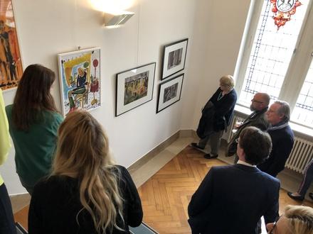 Das Gespräch mit den Künstlerinnen und Künstlern gehört zur Ausstellungseröffnung im Finanzministerium dazu.