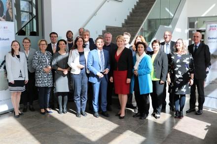 Die Mitglieder der Jugend- und Familienministerkonferenz mit Bundesfamilienministerin Dr. Franziska Giffey in Kiel.