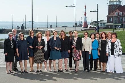 Die Gleichstellunsministerinnen der 16 Länder mit Bundesfamilienministerin Franziska Giffey (Foto: Senatorin für Soziales, Jugend, Frauen, Integration und Sport/Jan Rathke)
