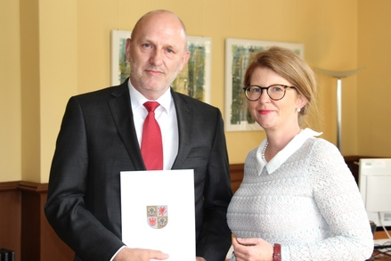 Präsident des Verwaltungsgerichts Greifswald Eckhard Corsmeyer und Justizministerin Katy Hoffmeister