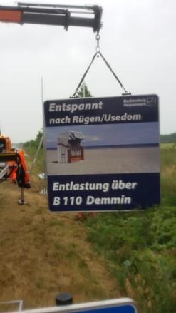 Foto: Das erste Hinweisschild an der A20 wird aufgebaut. Foto: SBV M-V