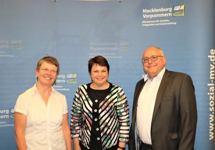 Ministerin Stefanie Drese traf sich heute im Sozialministerium mit der geschäftsführenden Vorsitzenden des Papilio e.V., Heidi Scheer und Henning Kutzbach, Landesgeschäftsführer der BARMER.