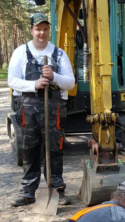 Benjamin Hermann konnte aus gesundheitlichen Gründen nicht mehr als Beikoch arbeiten. Im Rahmen des Projektes absolvierte er einen Lehrgang zum Baumaschinenführer und ist seit April 2018 unbefristet bei der Landbau Koch GmbH beschäftigt. Foto: ibu gmbh