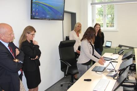 Justizministerin Katy Hoffmeister (2.v.l.) beim Landgericht Rostock