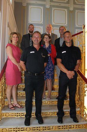 Justizministerin Katy Hoffmeister mit Vertretern der Volleyballmannschaft der JVA Waldeck