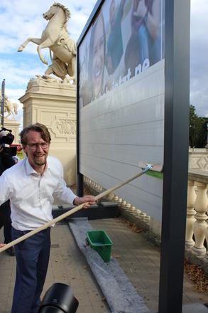 Finanzminister Mathias Brodkorb beim Anbringen des ersten Großflächenplakates