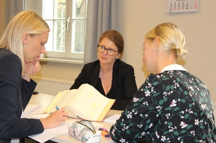 Ministerin Hoffmeister spricht mit Referendarinnen