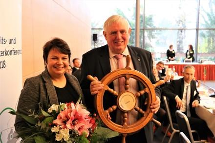 Sozialministerin Stefanie Drese übernimmt das Steuerrad für den ASMK-Vorsitz 2019 von ihrem Amtskollegen Karl-Josef Laumann (NRW).