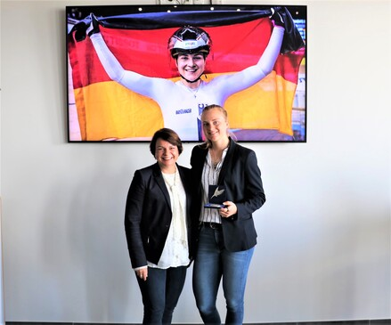 Ministerin Stefanie Drese überreichte Lea Sophie Friedrich die Sportplakette des Landes.