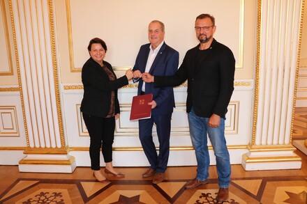 Sportministerin Stefanie Drese übergab den Zuwendungsbescheid für die neue Sportschule in Warnemünde an LSB-Präsident Andreas Bluhm (Mitte) und LSB-Geschäftsführer Torsten Haverland.