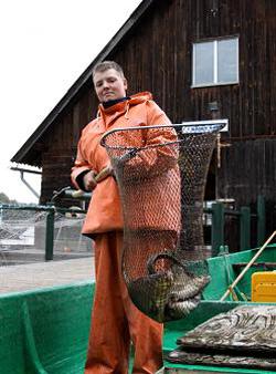 Junger Mann mit Fischereiausrüstung