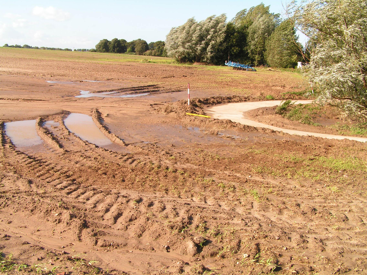 Stehendes Niederschlagswasser in verdichteten Fahrspuren Foto: Kape